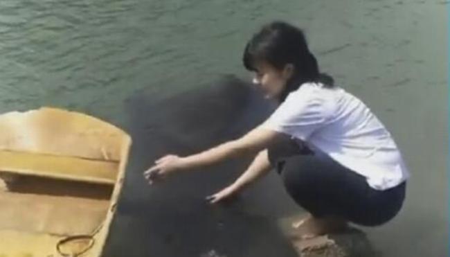 Hãi hùng cô gái rửa tay bên sông, đột ngột bóng đen bí ẩn dưới nước trồi lên và cái kết khiến bao người đau tim 2