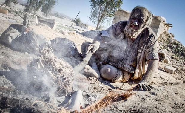 Chân dung người đàn ông được mệnh danh bẩn nhất thế giới suốt hơn 60 năm không tắm dù chỉ 1 lần, nhìn diện mạo ai cũng rùng mình 5
