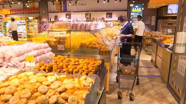 Mùa lễ hội trùng với dịp Quốc khánh Trung Quốc giúp thúc đẩy tiêu thụ các mặt hàng như bánh trung thu (Nguồn: CCTV)