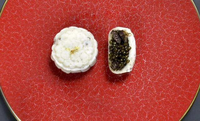 Dòng bánh trung thu 'độc nhất vô nhị' nhân nấm truffle và trứng cá hồi tại Hong Kong (Trung Quốc) (Nguồn: SCMP)