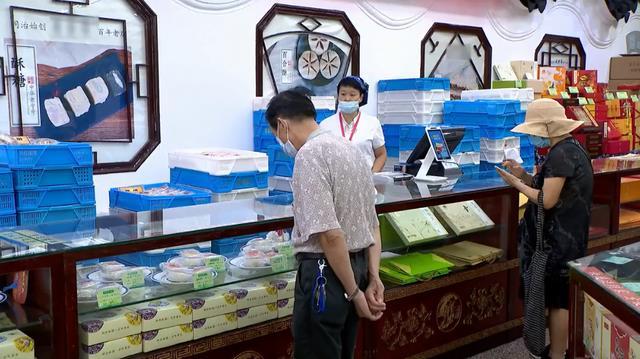 Người tiêu dùng Trung Quốc có nhiều lựa chọn các sản phẩm bánh trung thu cho năm nay (Nguồn: CCTV)