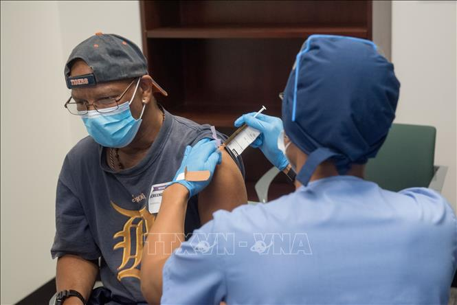 Nhân viên y tế tiêm thử nghiệm vaccine mRNA-1273 phòng COVID-19 trên tình nguyện viên tại Detroit, Michigan, Mỹ. Ảnh: AFP/TTXVN