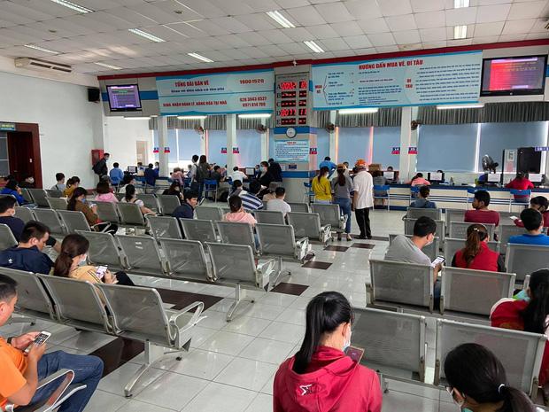 Bên trong sân ga thông thoáng hơn, khách đến trực tiếp mua vé vắng hơn do đa số đã mua vé qua mạng.