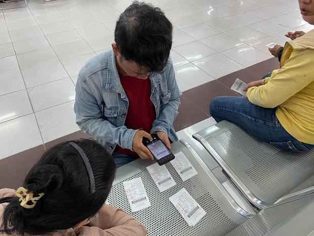 Sau khi nhận được vé tập thể, hành khách chụp lại người thân.