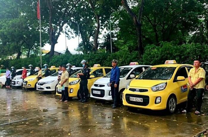 Mâu thuẫn tranh giành khách, 7 tài xế taxi ở Đồng Nai lao vào hỗn chiến trước cổng bệnh viện 0