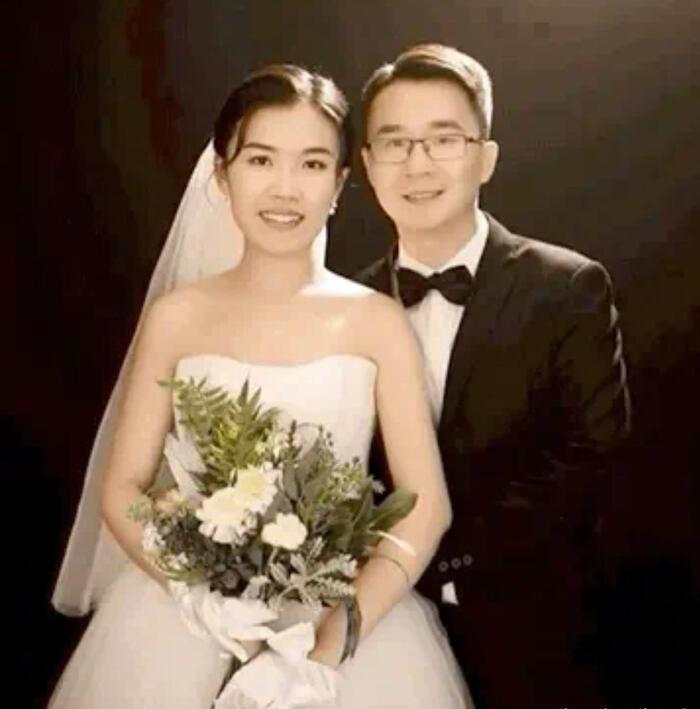 Ảnh cưới của bác sĩ Trương và vợ