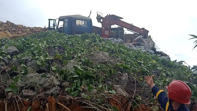 Các phương tiện cơ giới, máy móc được huy động vào công tác cứu hộ, cứu nạn tìm kiếm các nạn nhân mất liên lạc tại thủy điện Rào Trăng 3.