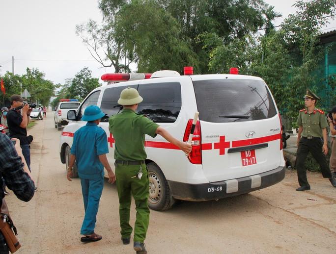 Đòan xe cứu thương từ Rào Trăng 3 ra