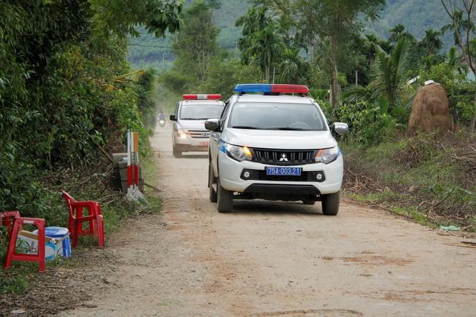 Đòan xe cứu thương từ Rào Trăng 3 ra có xe cảnh sát dẫn đường hướng về Bệnh viện Quân y 268