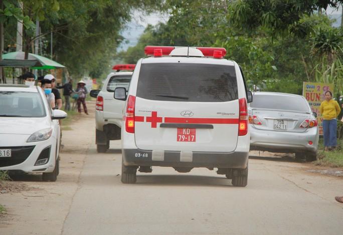 Đòan xe cứu thương từ Rào Trăng 3 ra hướng về Bệnh viện Quân y 268