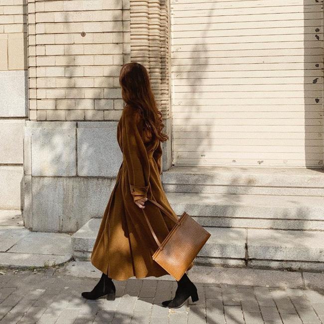 Một đôi boots đen dáng cơ bản luôn giúp bạn diện đẹp các set đồ mùa Đông, đặc biệt kiểu boots này còn giúp các nàng ăn gian chiều cao khi diện áo khoác dáng dài.