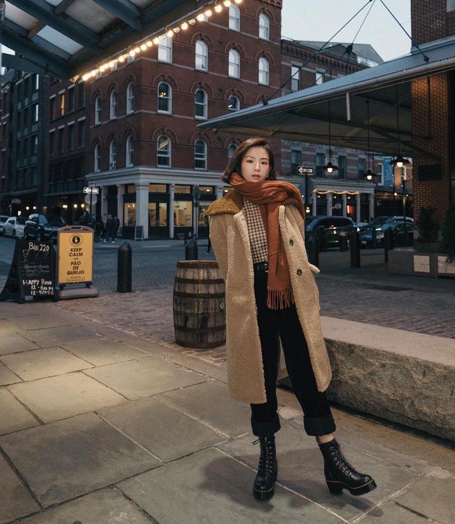 Với kiểu boots này, bạn cũng có thể mix cùng quần âu hoặc quần jeans dáng ôm vừa phải. Chỉ cần chọn áo thun và thêm áo khoác denim hoặc áo khoác dạ là bạn đã có ngay set đồ chuẩn đẹp tới sở làm rồi.
