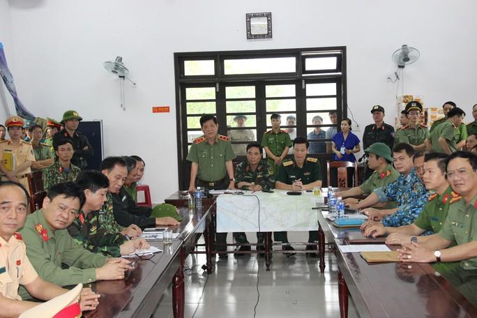 Trung tướng Nguyễn Văn Sơn phát biểu trong cuộc họp tại Sở Chỉ huy tiền phương ở xã Phong Xuân