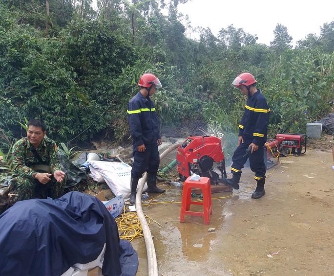 Lực lượng cứu hộ tìm kiếm các nạn nhân ở khu vực Trạm kiểm lâm tiểu khu 67 vào sáng 15-10