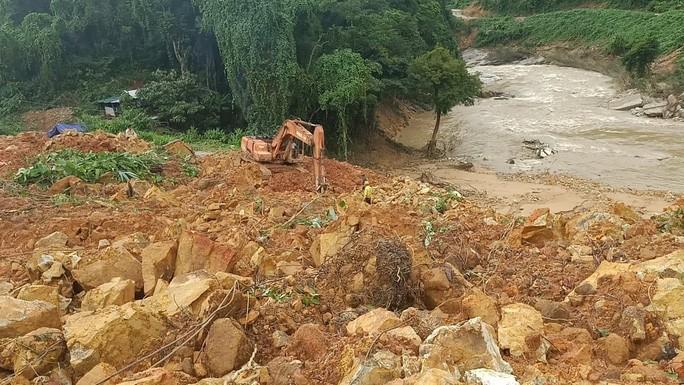 Nhận định nửa quả đồi đã sạt xuống nhà điều hành công trình xây dựng thủy điện Rào Trăng 3