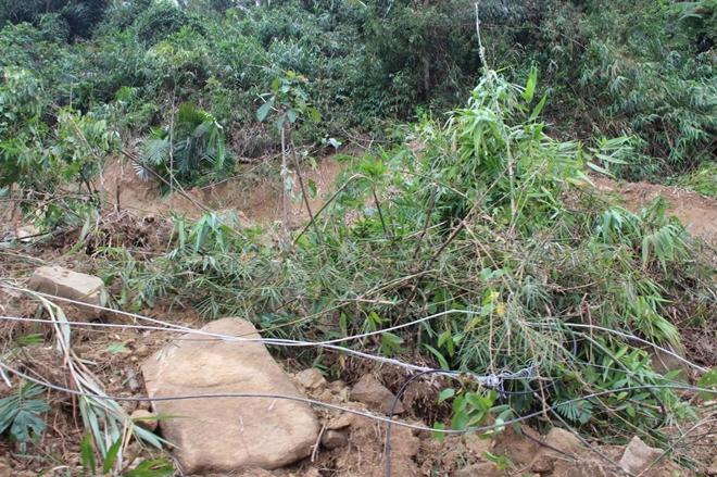 Đường vào thủy điện Rào Trăng 3 hiện còn rất nhiều điểm sạt lở đang được lực lượng CHCN khắc phục để thông tuyến.