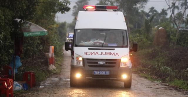 Xe cứu thương đưa thi thể nạn nhân rời hiện trường về bệnh viện.