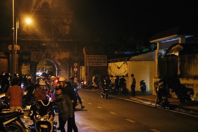 Người dân Huế đứng trước cổng bệnh viện chờ đón xe chở 13 thi thể các chiến sỹ, cán bộ 4
