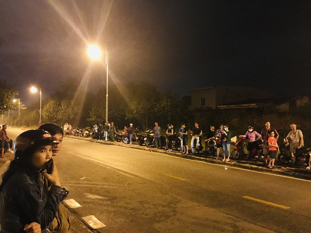 Nhiều người đã đứng đợi nhiều tiếng đồng hồ.