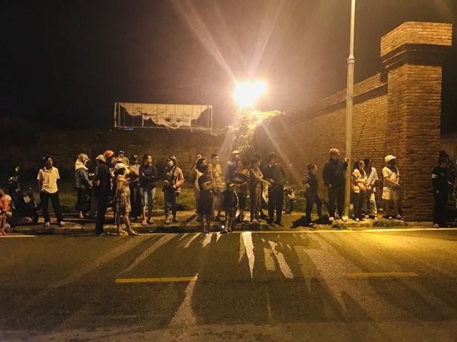 Người dân tập trung trước cổng Bệnh viện Quân y 268 để đón đoàn xe chở thi thể các nạn nhân.