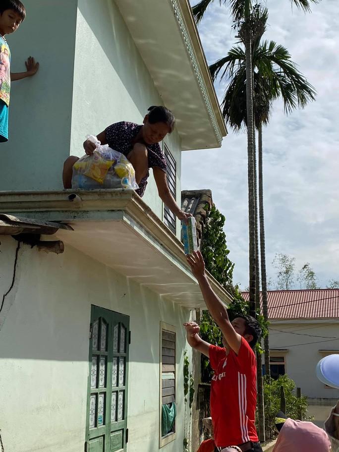 Sợ nước dâng cao một số hộ dân trèo lên nóc nhà tạm cư.