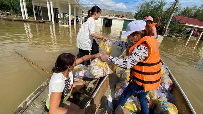Nhiều hộ không có xuồng nên nhờ người dân địa phương vận chuyển thực phẩm giúp