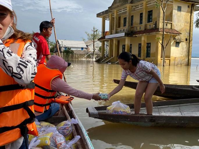 Người dân huyện Hải Lăng (tỉnh Quảng Trị) hơn 6 ngày nước ngập càng lúc càng nghiêm trọng.
