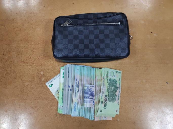 Chiếc ví cùng tài sản của khách - Ảnh: NIA