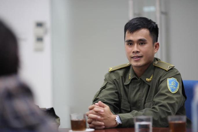 Anh Nguyễn Thanh Phong, nhân viên an ninh cơ động - Trung tâm An ninh hàng không Nội Bài, đã phát hiện tài sản khách bỏ quên - Ảnh: NIA