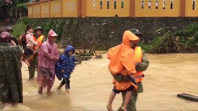 Lực lượng chức năng đưa học sinh và người dân ra khỏi khu vực nguy hiểm