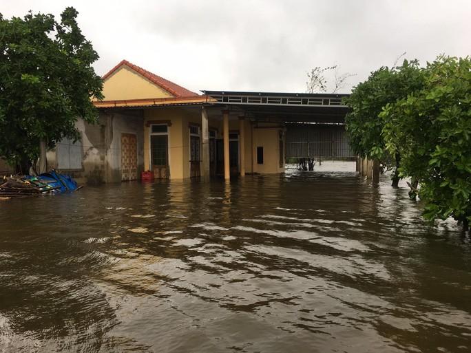 Người dân đóng chặt cửa nhà và tìm nơi trú ẩn trước khi nước dâng lên