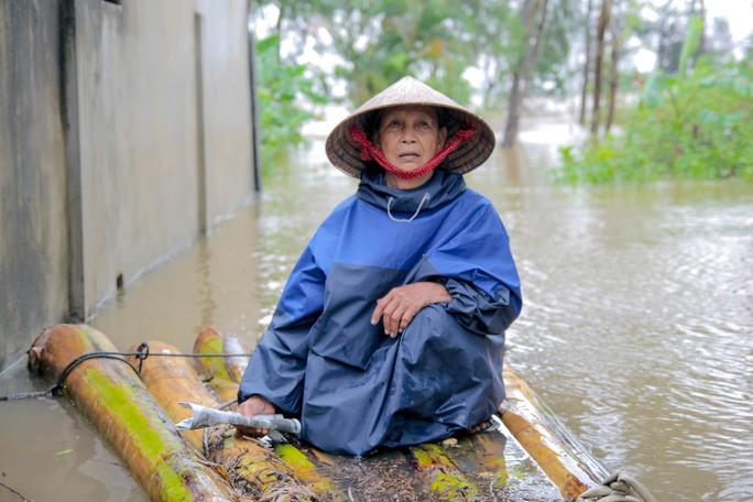 Bà Lê Thị Tỏa - người dân xã Tân Ninh, huyện Quảng Ninh phải di chuyển bằng bè chuối