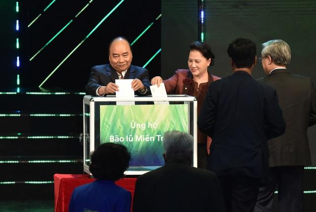 Thủ tướng cùng các lãnh đạo Đảng, Nhà nước, Mặt trận Tổ quốc Việt Nam và lãnh đạo các Bộ, ngành… quyên góp ủng hộ đồng bào miền Trung đang bị ảnh hưởng bởi bão lũ vào tối 17/10 (Ảnh: VGP).