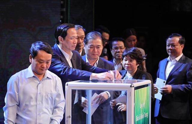 Các lãnh đạo các bộ cùng tham gia hoạt động ủng hộ người nghèo.