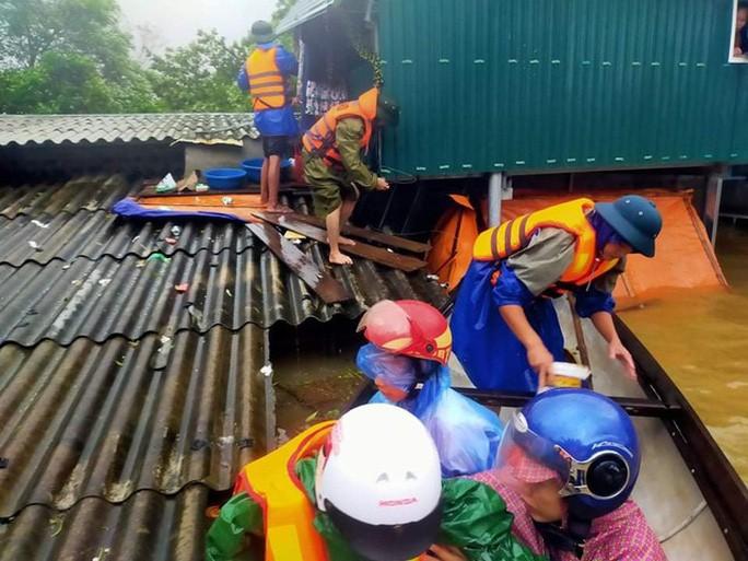 Lực lượng công an và chính quyền địa phương huyện Lệ Thủy giúp dân chạy lũ