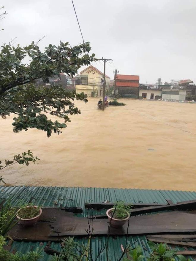 Quảng Bình: Nước lũ dâng cao, nhấn chìm nhà cửa, người dân kêu cứu giữa biển nước mênh mông 0