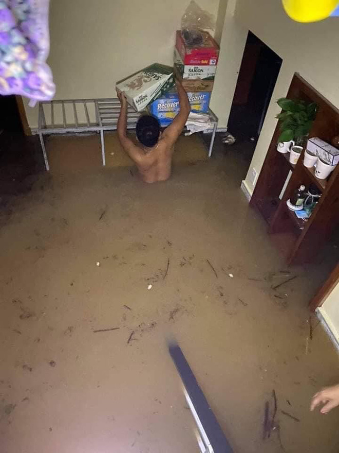 Quảng Bình: Nước lũ dâng cao, nhấn chìm nhà cửa, người dân kêu cứu giữa biển nước mênh mông 3