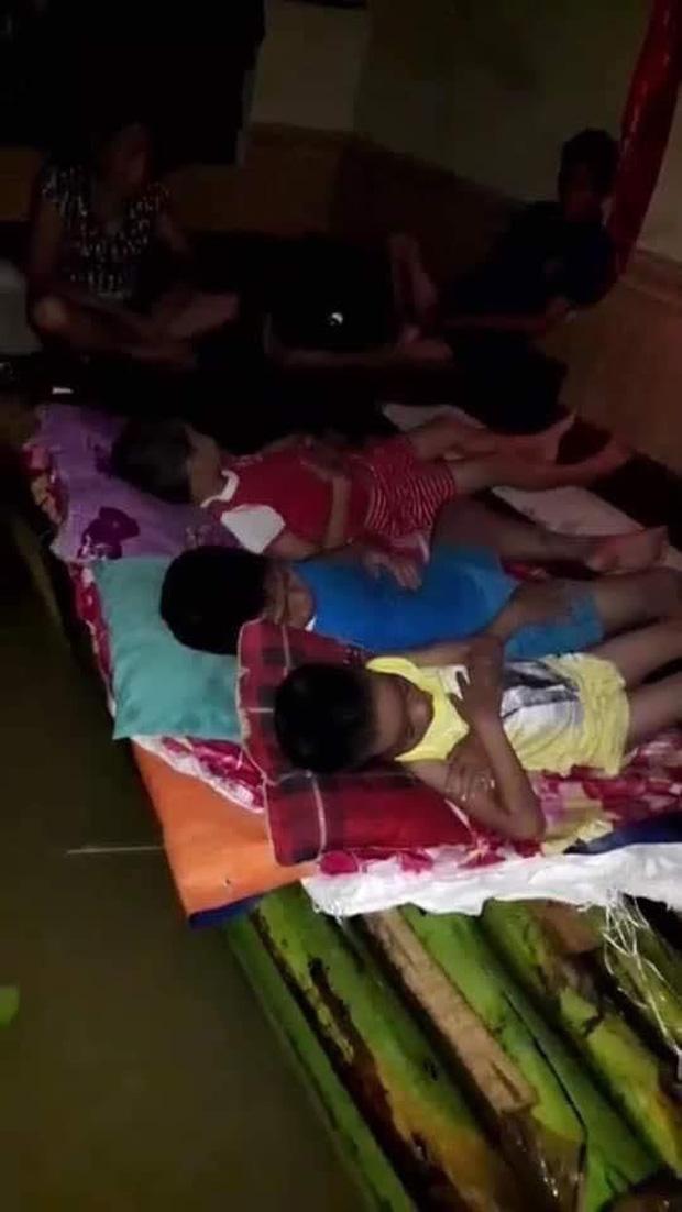 Người dân kết bè để trẻ con ngủ, người lớn thức để canh mực nước lũ