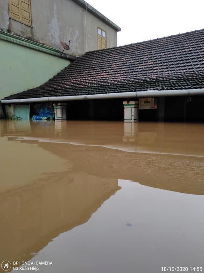 Quảng Bình: Nước lũ dâng cao, nhấn chìm nhà cửa, người dân kêu cứu giữa biển nước mênh mông 4