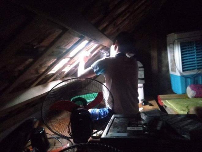 Người dân dỡ mái nhà để chờ đợi cứu hộ