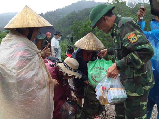 Bộ đội biên phòng Quảng Bình cứu trợ lương thực cho bà con bị lũ cô lập (Ảnh: Nhân dân)