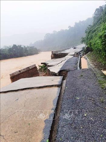 Đoạn đường Hồ Chí Minh nhánh Tây, thuộc xã Trường Sơn, huyện Quảng Ninh, tỉnh Quảng Bình bị sạt lở, sụt lún nghiêm trọng do mưa lũ.