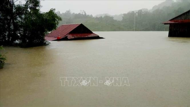 Nước lũ dâng cao, nước từ thượng nguồn đổ về ngày càng mạnh khiến hơn 57.000 ngôi nhà của người dân Quảng Bình ngập sâu trong nước từ 1m đến trên 3,5m.
