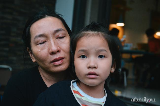 Chị Nguyễn Thị Giao Linh, vợ quân nhân Phạm Ngọc Quyết (chiến sĩ hi sinh khi bị đất đá vùi lấp ở sư đoàn 337) rơi nước mắt khi kể về sự hi sinh của chồng mình.