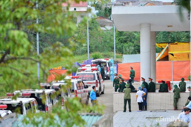 Những chiếc xe cứu thương chở thi thể cán bộ, chiến sĩ nối đuôi nhau bên trong nhà thi đấu đa năng TP Đông Hà, Quảng Trị.