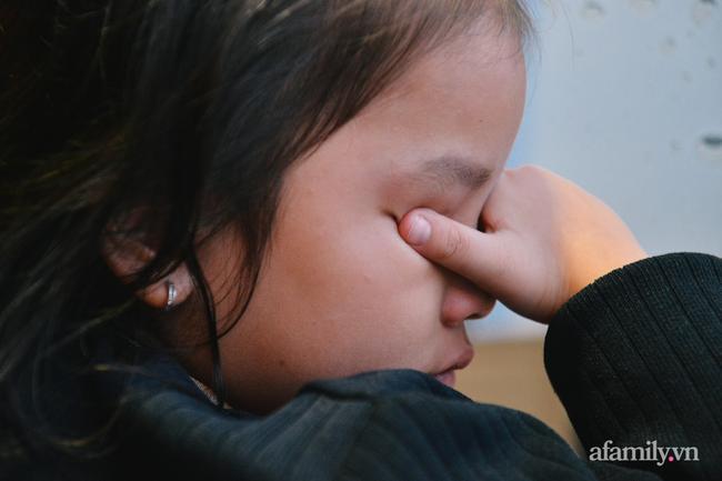 Cô con gái của vợ chồng anh chị cũng liên tục rơi nước mắt, nỗi đau mất cha là quá lớn đối với một đứa trẻ.
