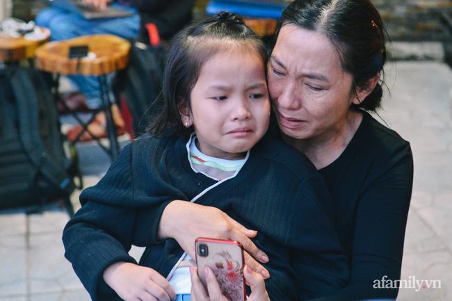 Mẹ con chị Linh khóc nghẹn khi mở những dòng tin nhắn với chồng mình trước lúc anh hi sinh.