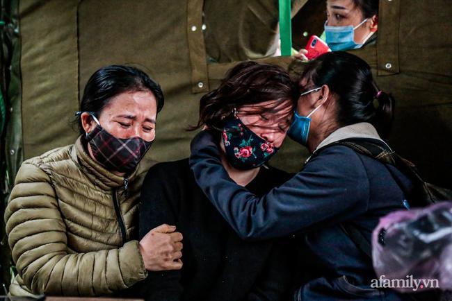 Triệu Thị Nhung (giữa) không thể đứng vững khi chồng là thượng úy Trần Quốc Dũng có tên trong danh sách 22 nạn nhân.