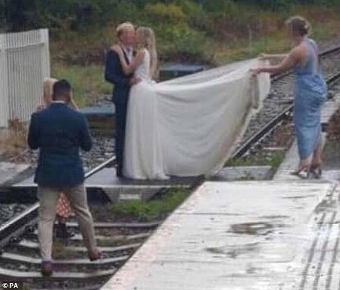Liều mạng chụp ảnh cưới giữa đường ray tàu hỏa 0