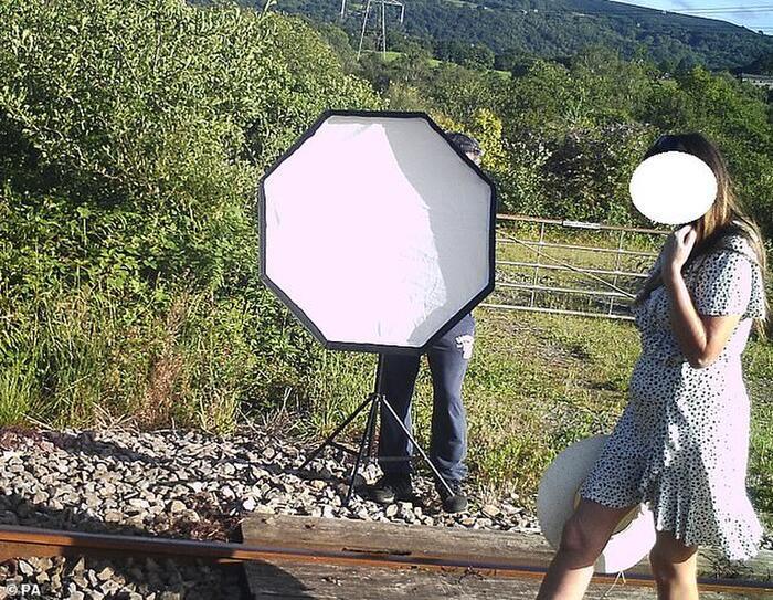 Liều mạng chụp ảnh cưới giữa đường ray tàu hỏa 1